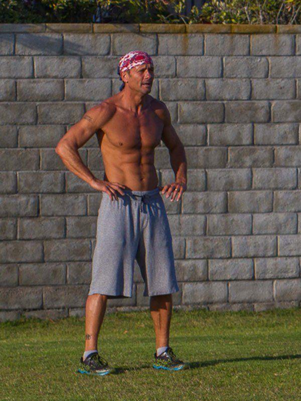 tim mcgraw-shirtless-abs-impressive-physique-photos-01