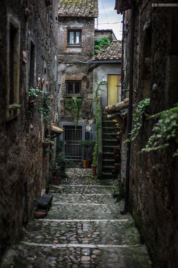 La cittadina di Calcata, arroccata sopra una montagna di tufo, domina la verde valle del fiume Treja. (Viterbo, Italy)