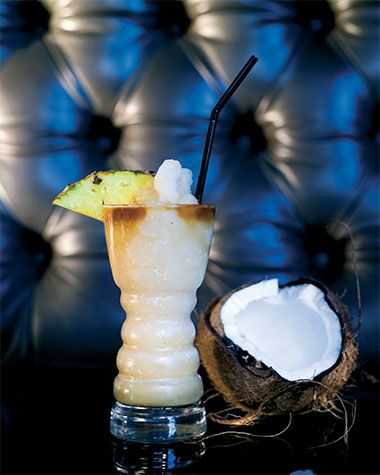 Bereiden: Doe de ananaspartjes samen met het witte kokosnootvlees, het ananassap, de witte rum, coconut cream en het gepileerde ijs in een blender en mix fijn. Doe de cocktail in het glas en top af met een scheutje donkere rum. Werk af: Garneer met een ananaspartje en serveer met een rietje.