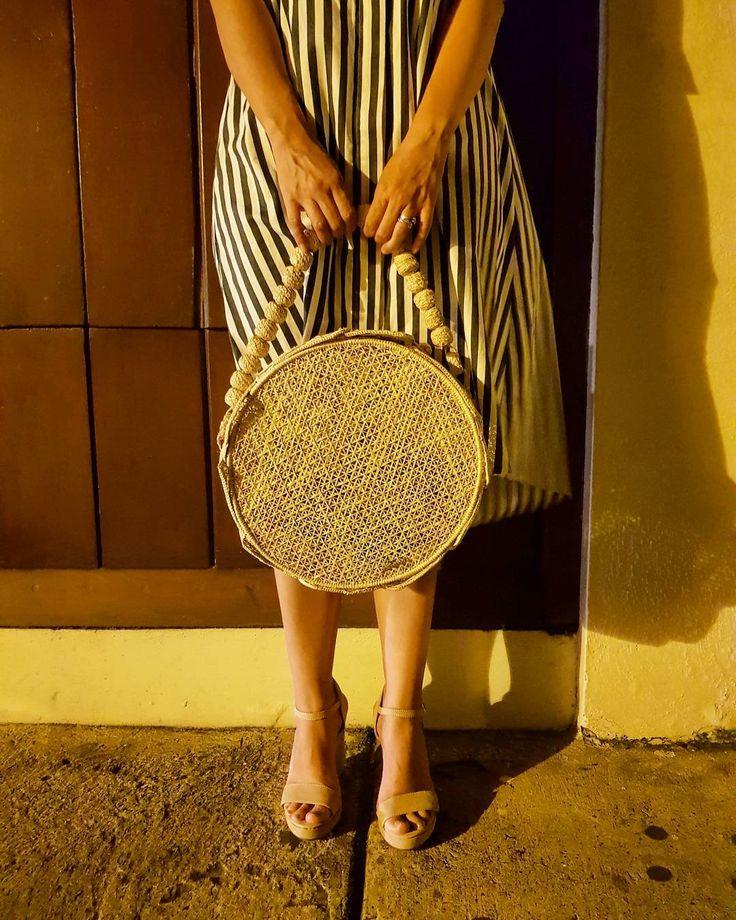 Noches de Cartagena que fascinan con el suave rumor que lleva el mar donde la brisa cálida murmura plácida serenata tropical...  Canasto Santo Domingo diseño original de @fl4mingooficial
