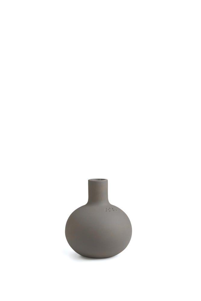 Kahler overrasker med enda et stykke markant og nyskapende design til hjemmet. Den nye Globo-lysestaken er en varm og sterk deklarasjon, som med sin stringente og stramme form passer til både et enkelt og et mer fargerikt interiør.  Bruk den som en flott borddekorasjon på et stilrent trebord.   Mål diameter:12 cm (den minste)