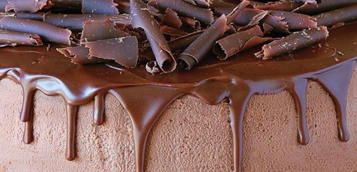 Πλούσιο κέικ-μους σοκολάτας με κρέμα-σοκολάτα