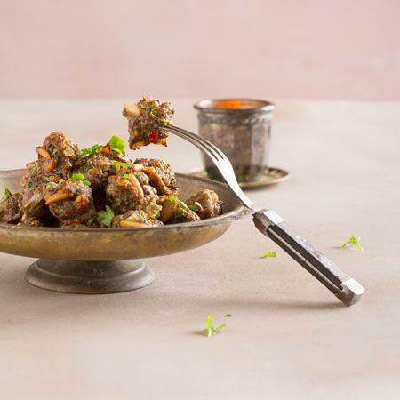 Jonkinlaisia lihapullia löytyy melkein kaikista maailman ruokakulttuureista. Näissä lihapullissa maistuvat Lähi-idän mausteet, kuten tuore minttu, sitruuna ja chili. Tarjoa lihapullat esimerkiksi kylmän jugurtti–minttukastikkeen kanssa.