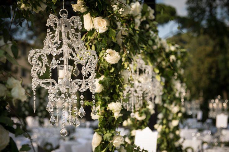 #Floraliadecor #florenceluxury #glamourwedding #outdoorceremony #crystalcandelabras #white #fourseasons #garden #candlelight