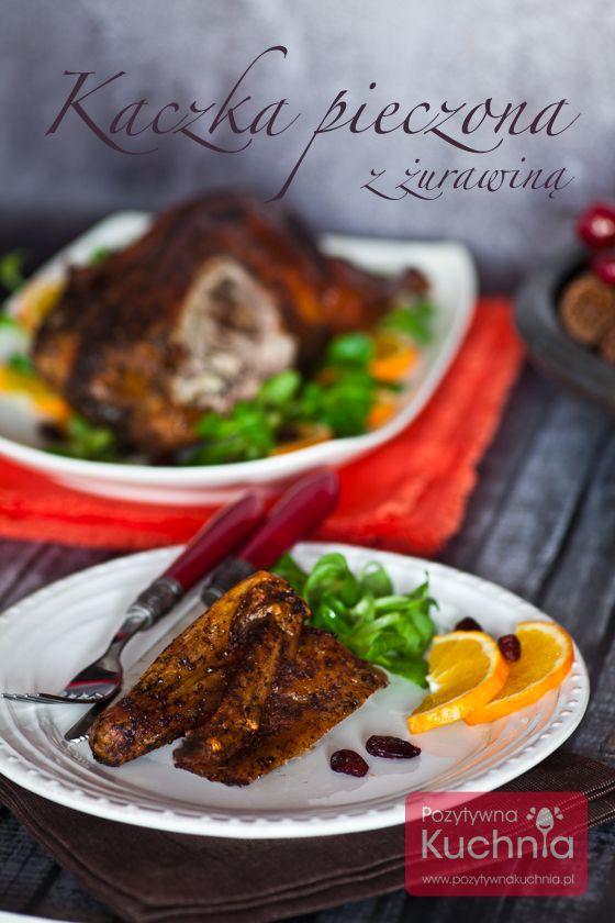 Kaczka pieczona z żurawiną - #przepis na kaczkę z cebulą, jabłkami, selerem naciowym, orzechami i żurawiną  http://pozytywnakuchnia.pl/kaczka-pieczona-z-zurawina/  #kuchnia #obiad #gotowanie #kaczka #zurawina #jablka