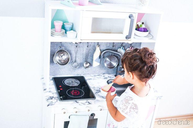 Da steht sie nun mit einem Heiligenschein und begleitendem Engels-Chor: Unsere heiß geliebte IKEA Kinderküche #halleluja. Wer uns aktuell zu Hause besucht, verspürt plötzlichen Drang mit den Mini-Töpfen zu kochen, das winzige Geschirr zu spülen oder im Kinderofen Leckereien zu backen. In unserer Spielküche aus Holz ist Platz für jeden Möchtegern-Foodblogger der nächsten Generation. Endlichmagst du weiterlesen?