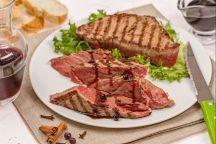 La tagliata al balsamico è un secondo piatto molto saporito e semplice da preparare. La particolarità di questa ricetta è data dalla riduzione all'aceto balsamico che dona al piatto un sapore agrodolce e si sposa bene con il gusto deciso del filetto.  Accompagnata generalmente da foglie di insalata fresca o rucola e da un buon bicchiere di vino rosso, la tagliata di manzo con riduzione di aceto balsamico è una pietanza ottima per gli amanti della carne al sangue.