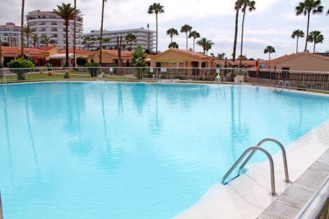 Bungalows Santa Fe  Description: Ligging: Bungalows Santa Fe is gelegen in Playa del Ingles en op ongeveer 500 meter van het strand. Op circa 200 meter vindt u tal van winkels restaurants en uitgaansgelegenheden. Het openbaar vervoer treft u op loopafstand. Faciliteiten: Bungalows Santa Fe telt 91 bungalows verdeeld over het complex (officiële categorie: 2 sleutels). In de ontvangsthal vindt u de receptie. Er zijn geen liften aanwezig. In de tuin ligt een heerlijk zwembad met een apart…