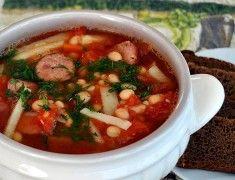 Фасолевый суп с колбасой и помидорами