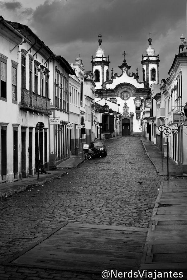 São João del Rei - Minas Gerais - Brazil Rua Getúlio Vargas no caminho para a Igreja Nossa Senhora do Carmo - São João del Rei - Minas Gerais - Brasil http://www.nerdsviajantes.com/2013/09/10/tiradentes-e-sao-joao-del-rei-em-50mm/