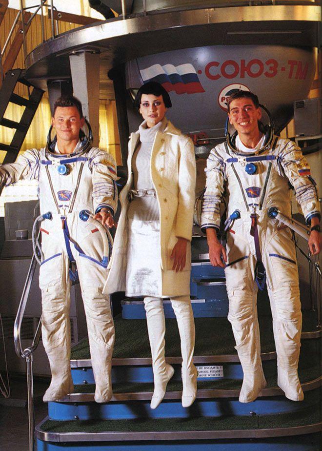 space-fashion-arthur-elgort-vogue-03