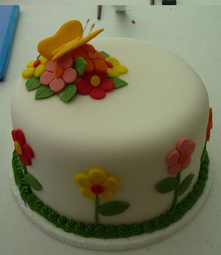 Fazer e ver qlqr bolo enfeitado com pasta americana.  Daqui um tempo virarei confeiteira. :)