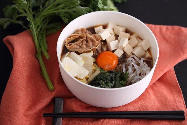 「SUKIYAKI JAPONE」 . ワンボウルに再現した和テイストのスープボウルは「すき焼き」。たっぷりの白菜に春菊、そして牛バラ 肉と豆腐が加わって食べ応え充分。濃厚でとろけるよ うな味わいを楽しんで! . #すき焼き#すき焼き生#すき焼き大好き#新鮮野菜#サラダランチ#肉#豆腐#スープ#濃厚#野菜  #ヘルシー志向#ヘルシー#デトックス#サラダ専門店#ライフスタイル#季節の恵み#自然#ヘルシー料理#Officelunch#健康#美味しい#lunch#スープボウル #ebisu#food#GREENBROTHERS#SUKIYAKI  #healthyfood#veganlife#organicfood