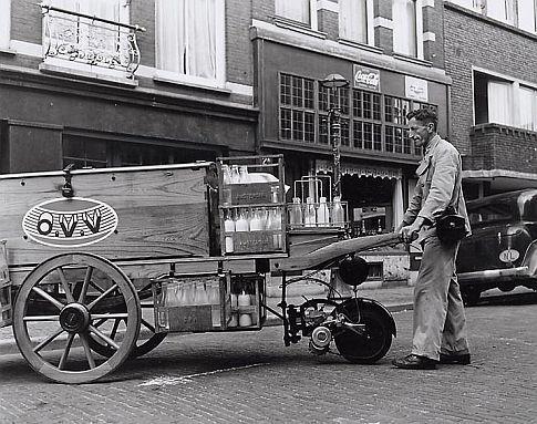 www.zuivelmuseum.nl - - - - - - - - - - O.V.V. - Amsterdam - Handkar omgebouwd met hulpmotor - ipv de hond onder de kar een motortje om de melkboer te helpen met het zware transport. Hier komt dan ook de naam IJzerenhond vandaan. Dit waren melktruckjes voortbewogen door een twee takt motortje.