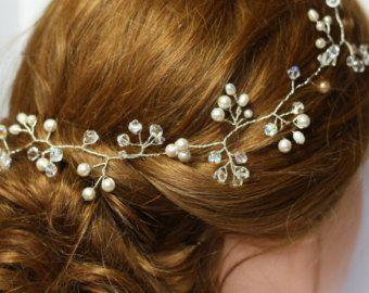 Dies ist eine zarte Haare Rebe, die sehr vielseitig und kann auf viele verschiedene Arten, wie eine Krone getragen werden (Bitte wählen Sie Multifunktionsleiste Option) als ein Stirn-Band oder Stirnband, oder geloopt und eine Frisur aus (Bitte wählen Sie Schleife-Option) Sein gemacht aus Elfenbein birnenförmig Süßwasser Perlen, Elfenbein Saat-Perlen winzige Mutter der Perle Gänseblümchen-Blumen, mit einem Spritzer von Diamante. Es misst ca. 35cm lang und ca. 2cm breit, mit Elfenbein Doppel…