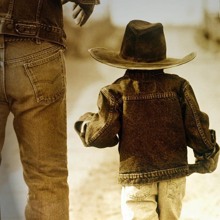 Botas feitas de couro, com um acabamento impecável e qualidade inigualável. Seu filho vai amar a vida de Cowboy! Compre aqui: www.Dinda.com.br