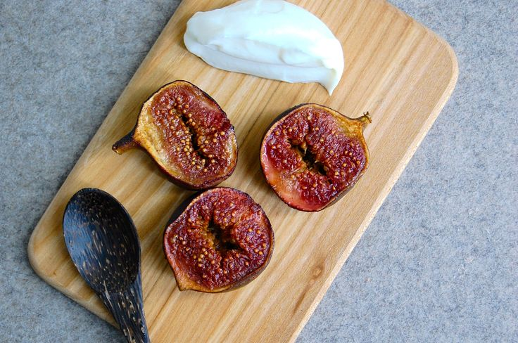 Baked figs with vanilla ice cream. This is such a delicious dessert! Find the recipe at www.copenhagencakes.com <3