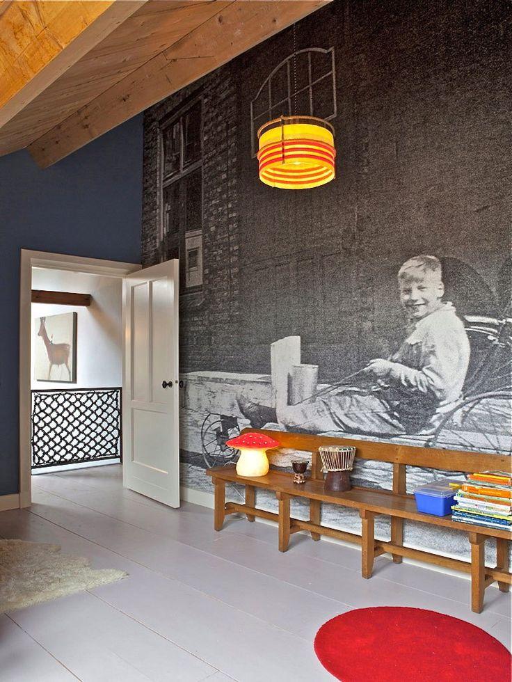 Maak je eigen behang van een oude foto, in grijstinten speelt het geen hoofdrol en is het mooi onderdeel van je interieur.