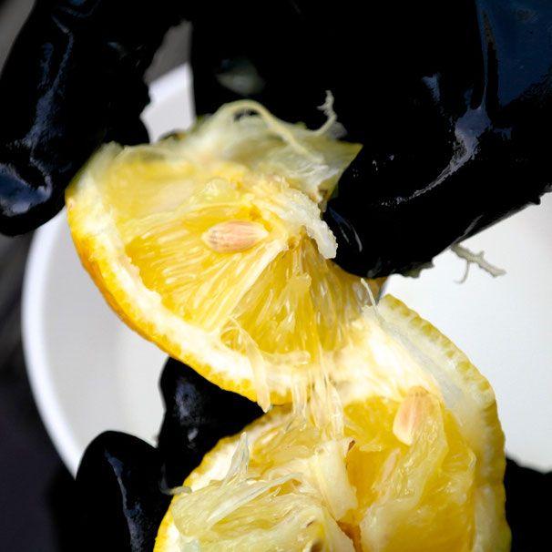 Citroenpitten Zaaien Om Zelf Citroenbomen Te Kweken. Haal de citroenpitten uit de citroen