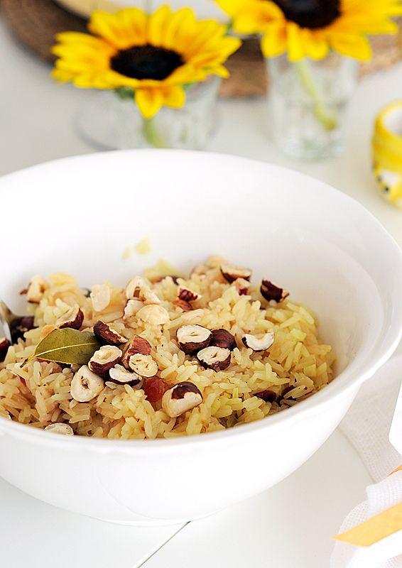 Пряный рис с шафраном, сушеной клюквой и фундуком