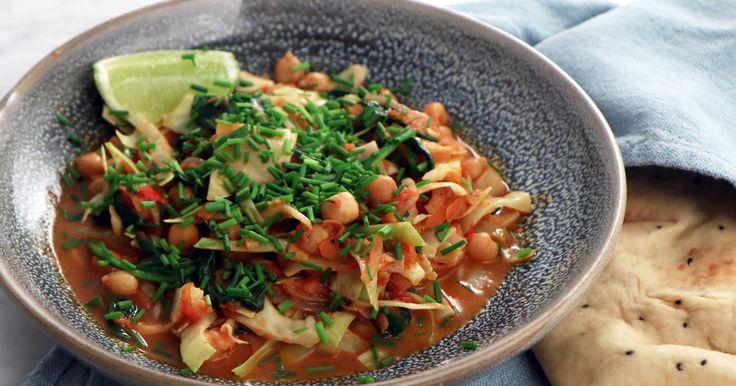 Kryddig vegogryta med kikärter, massor av grönsaker, garam masala och kokosmjölk. Minst lika god i matlådan dagen efter!