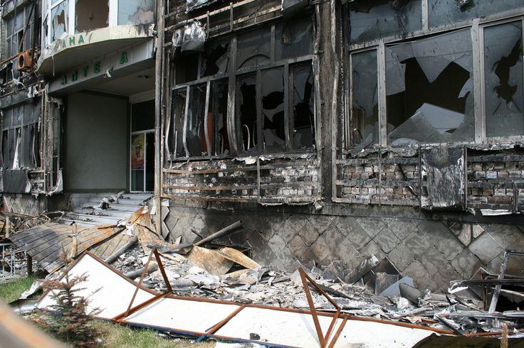Verwoeste huizen en kantoren in de plaats Osh.