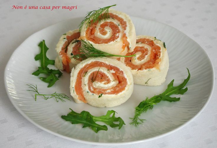 Ricco di colore e di sapore il rotolo di salmone affumicato si prepara velocemente. Ottimo da presentare per l'aperitivo o per un buffet.