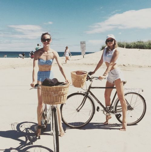 Sasha Pivovarova Maryna Linchuk à vélos dans les Hamptons , maillots de bain vintage www.vogue.fr/...