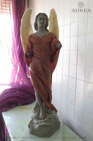 Ángel con paños de tela encolados.