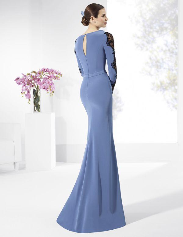 Vestido de fiesta largo de crep azul con galón bordado en negro.