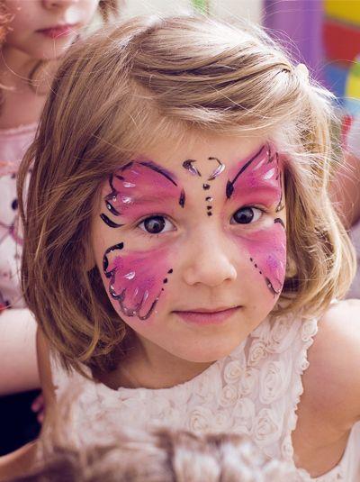 Un classique des fêtes pour enfants, le maquillage papillon ! Les petites filles l'adorent. Voici une version simplifiée mais toute aussi jolie.