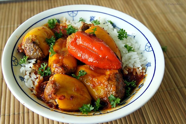 Seit ich meinen Reiskocher habe, gibt es auffällig oft gefüllte Paprikaschoten ;-) Ich liebe gefüllte Paprika und der Reiskocher ist mir eine verlässliche Hilfe beim Braten/Schmoren. Damit kann ich...