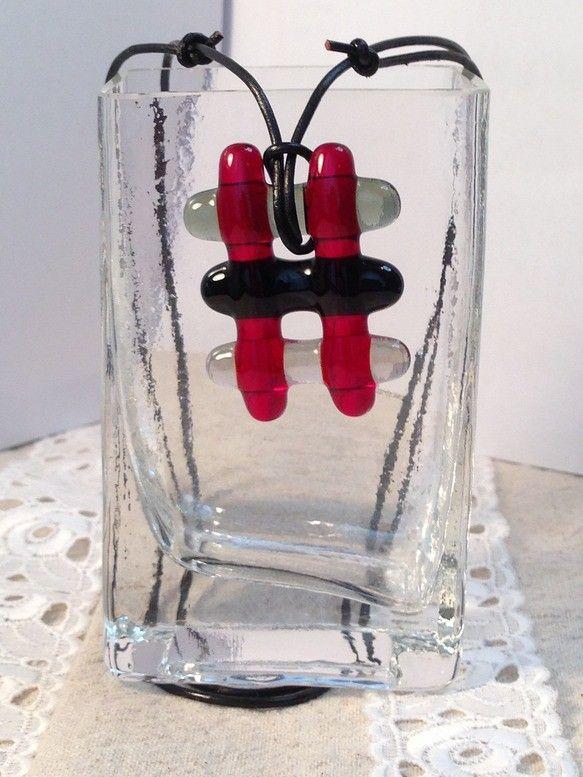 グレー、黒に赤をポイントに棒がらすを格子状に組んでみました。チョーカーでもペンダントでも、春夏はTシャツ、秋冬はセーターの上でもすることができます。 <素材...|ハンドメイド、手作り、手仕事品の通販・販売・購入ならCreema。