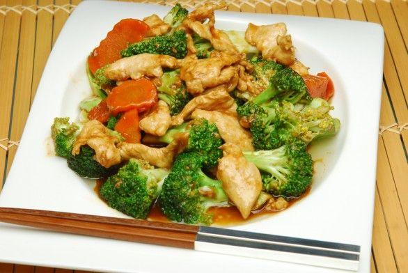 POLLO CON BROCOLI. Fileteamos la pechuga del pollo , luego mezclarla con el brócoli y la zanahoria en salsa de soya. Se sirve con arroz blanco.