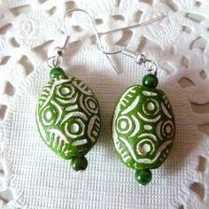 Boucles d'oreille ethniques perle argile ovale verte et perle nacrée verte @laboutiquedenath