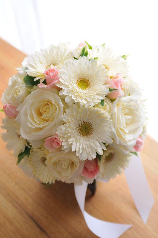 ガーベラ 白+ピンク小花 ;チョイス ラウンド | フラワーショップ 花次郎 ウェディングブーケ