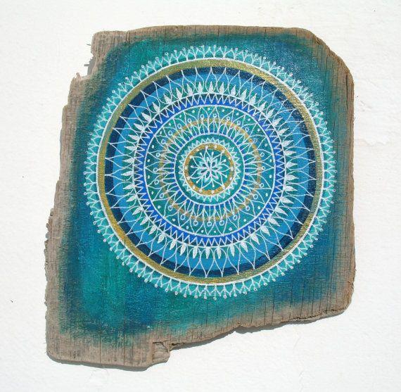 Inspiriert von der Schönheit der spirituellen Formen der Natur, den Farben des Ozeans leben und die Texturen am Meer leben, handbemalt ich mein eigenes Design auf einem Stück Treibholz Brett mit farbigen Schichten Multi-Mandala.  Dies ist eine einmalige Kunstwerk, mit meinem eigenen originellen Design, getan in Acrylfarben.  Wäre ideal, an der nackten Wand, in einem Wohnwagen eine Strandhütte hängen, überall möchte Sie einige Positivität und Farbe zu bringen. Bringen ein Stück Sommer beach…
