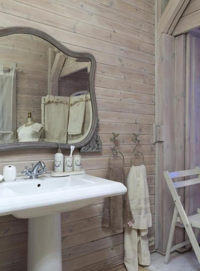 lambris mural bois et vasque piédestal dans la salle de bains shabby