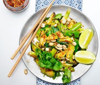 Den här råstekta brysselkålen får asiatiska smaker med het chili, syrlig lime och kryddig ingefära. Den vackert gröna brysselkålen toppas med rostade cashewnötter och färsk koriander. En snabblagad vegetarisk rätt som är god både som den är eller som tillbehör till t ex kycklingfilé.