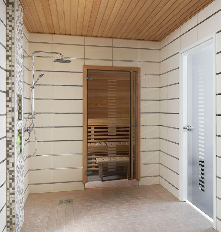 JELD-WENin saunanovi Vertico, leppäkarmi ja pystyvedin. Kylpyhuoneenovena Spa-malliston Vertico+.