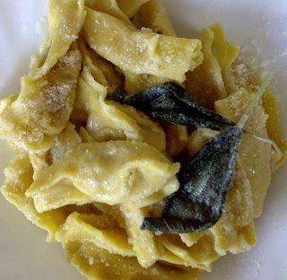 I tortelli di zucca mantovani risalgono all'anno Mille e i Gonzaga li promuovevano a simbolo della loro Corte perfezionandoli con l'aggiunta di mostarda per accentuare il contrasto dolce-salato molto apprezzato nel Medioevo.