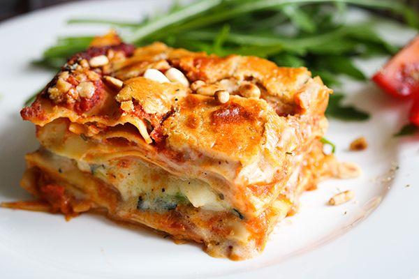 Es gibt Gerichte, die brauchen nicht viele Worte. Diese vegane Lasagne ist so herzhaft, cremig und zart, dass sie allen Kritikern der veganen Küche spottet. Diesen geschichteten Traum aus Tomaten, Bec