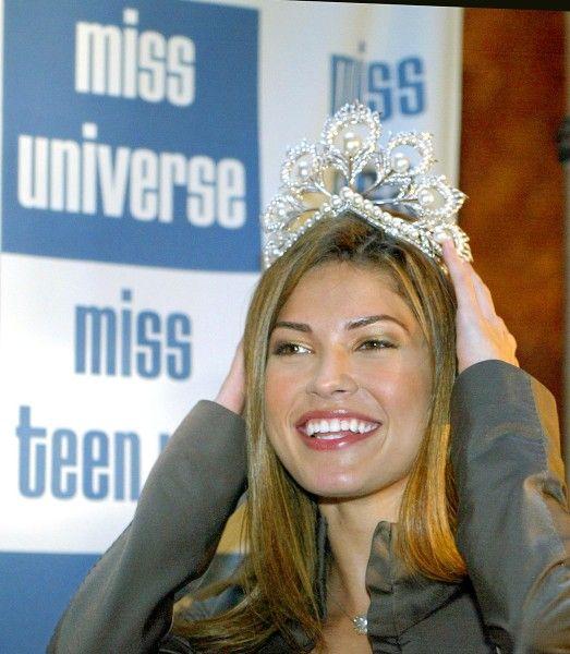 Miss Universo 2002. Justine Pasek,  Miss Panamá. Fue coronada en septiembre de 2002 luego de que la organización despidiera a la rusa Oxana Fedorova por estar casada y haber subido de peso, esta la primera y hasta el momento única vez en la historia en que se despide a una Miss. TIMOTHY A. CLARY/AFP/GETTY