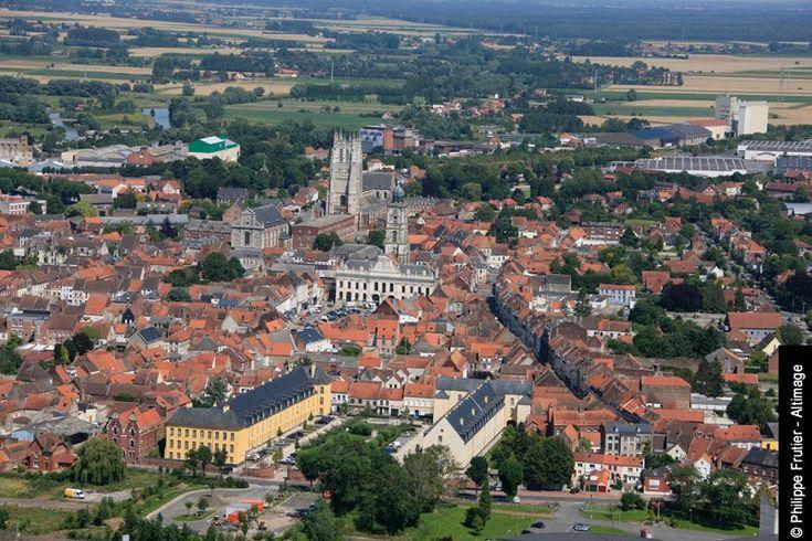 Aire-sur-la-Lys située dans le Pas-de-Calais.Commune moyenâgeuse fortifiée faisant successivement partie du comté de Flandre,du comté d'Artois,du duché de Bourgogne et des Pays-Bas espagnols,Aire-sur-la-Lys est définitivement rattachée à la France par le traité d'Utrecht(1713).Aire-sur-la-Lys in the Pas-deCalais. Successively fortified medieval town has been in Flanders,Artois,the Duchy of Burgundy & the Spanish Netherlands,Aire-sur-la-Lys finally ceeded to France by Treaty of Utrecht(1713).