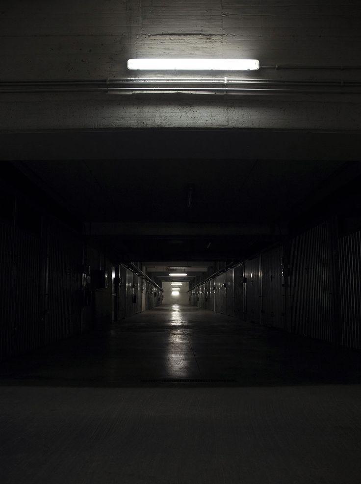EMPTY CLAUDIA MARIANI Fotografia digitale su alluminio satinato, 23x18 cm, 2014 Empty è una ricerca di spazi riempiti dalla geometria della luce. Un viaggio notturno e urbano nei luoghi transitati ma invisibili del giorno.