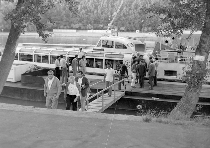 1979 orig: MHSZ MAGYARORSZÁG TOKAJ az ÉKÖVIZIG Szakaszmérnöksége előtti kikötő, szemben a rakamazi strand. Hullám II. vízibusz.