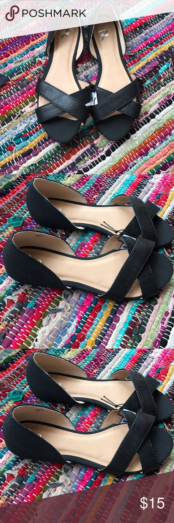 NWT GAP Black Open-Toe Flats, Size 6 These new with tags GAP flats are adorable and the perfect addition to any outfit! They are a size 6 and fit true to size. Feel free to comment and/or make an offer!🎀 GAP Shoes Flats & Loafers