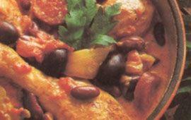 Kyckling, het korv och bönor i en robust och kryddig gryta.