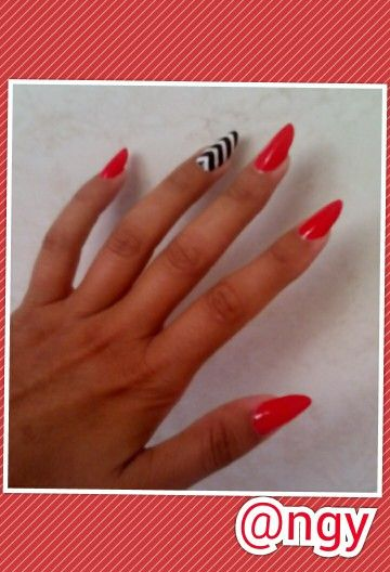 mini russian almond in red and nail art optical Black and White  for the accent nail