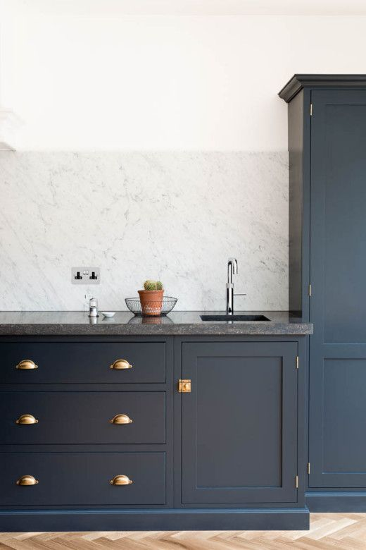 This shaker kitchen from deVOL has my heartstrings. Is it not gorgeous?!?! The Victoria Road NW6 Kitchen by deVOL has hammered copper